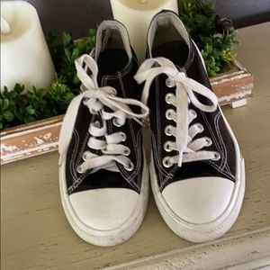 MOSSIMO  CHUCK TAYLOR SNEAKERS